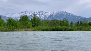 増水中の魚野川