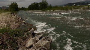 雪代で増水の魚野川
