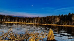 月が昇る朱鞠内湖の夕暮れ