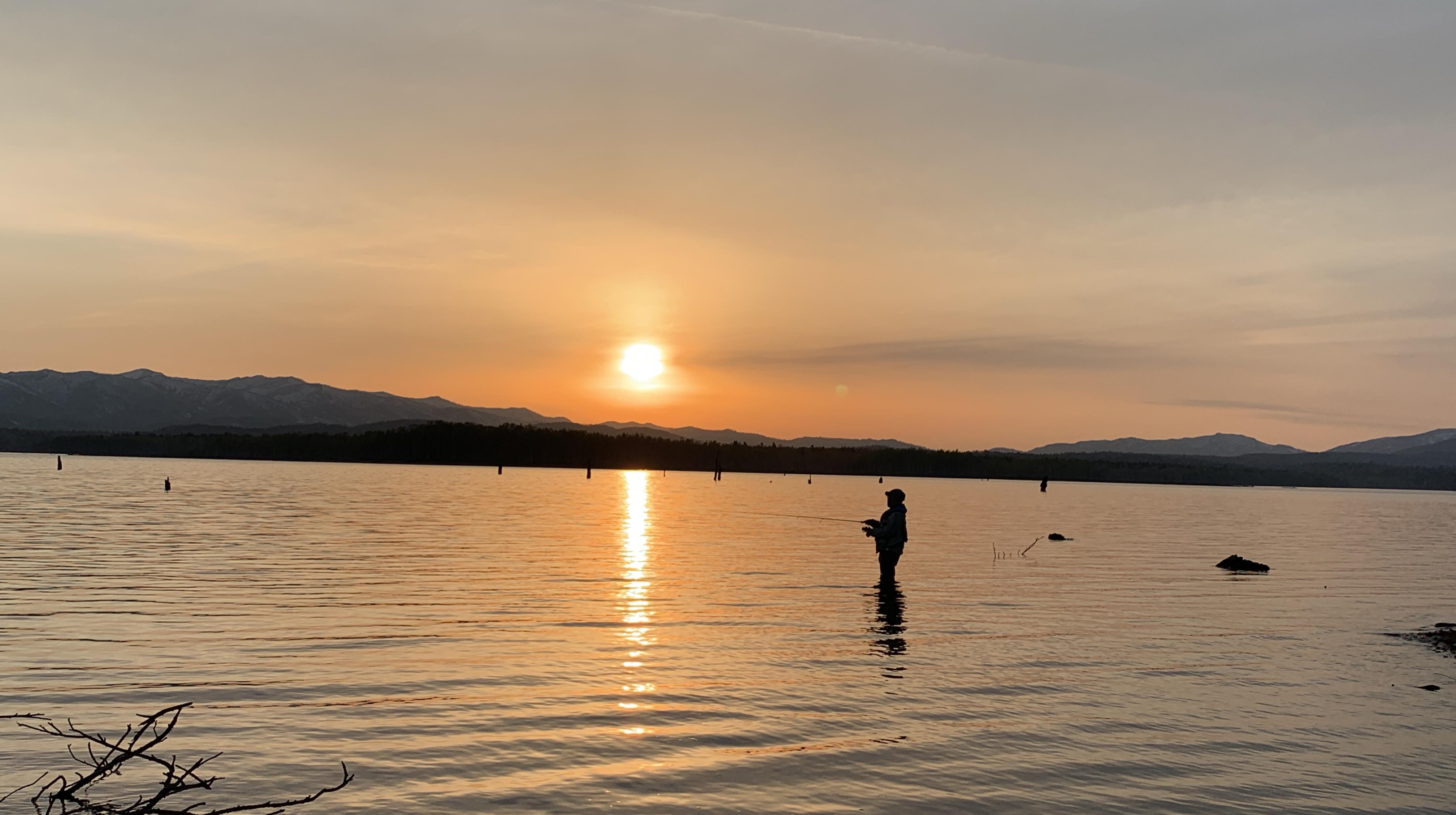 美しい朱鞠内湖の夕焼けをバックに釣り