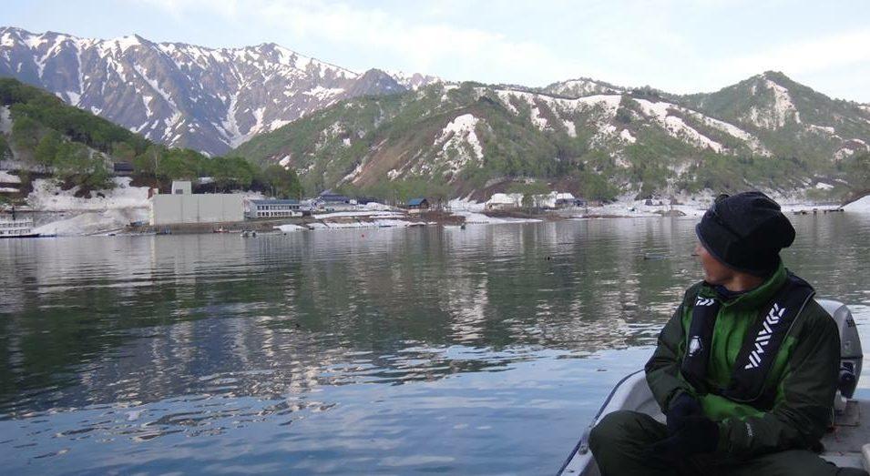 銀山湖の湖上にて