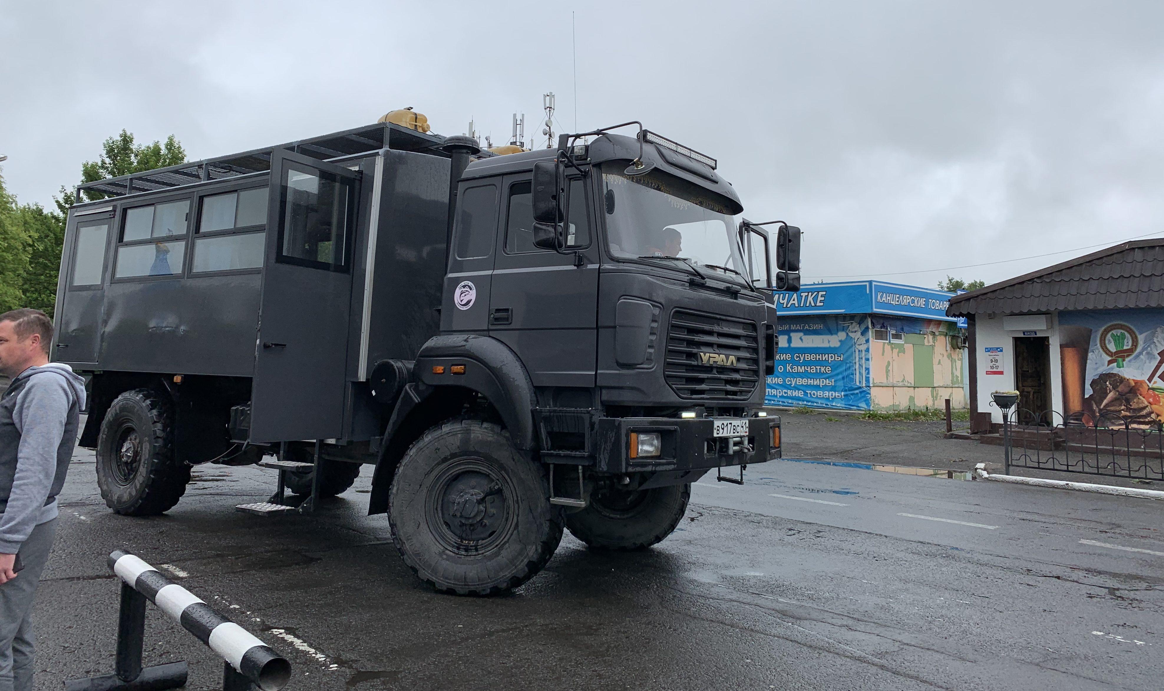ロシアの軍用トラックで走る
