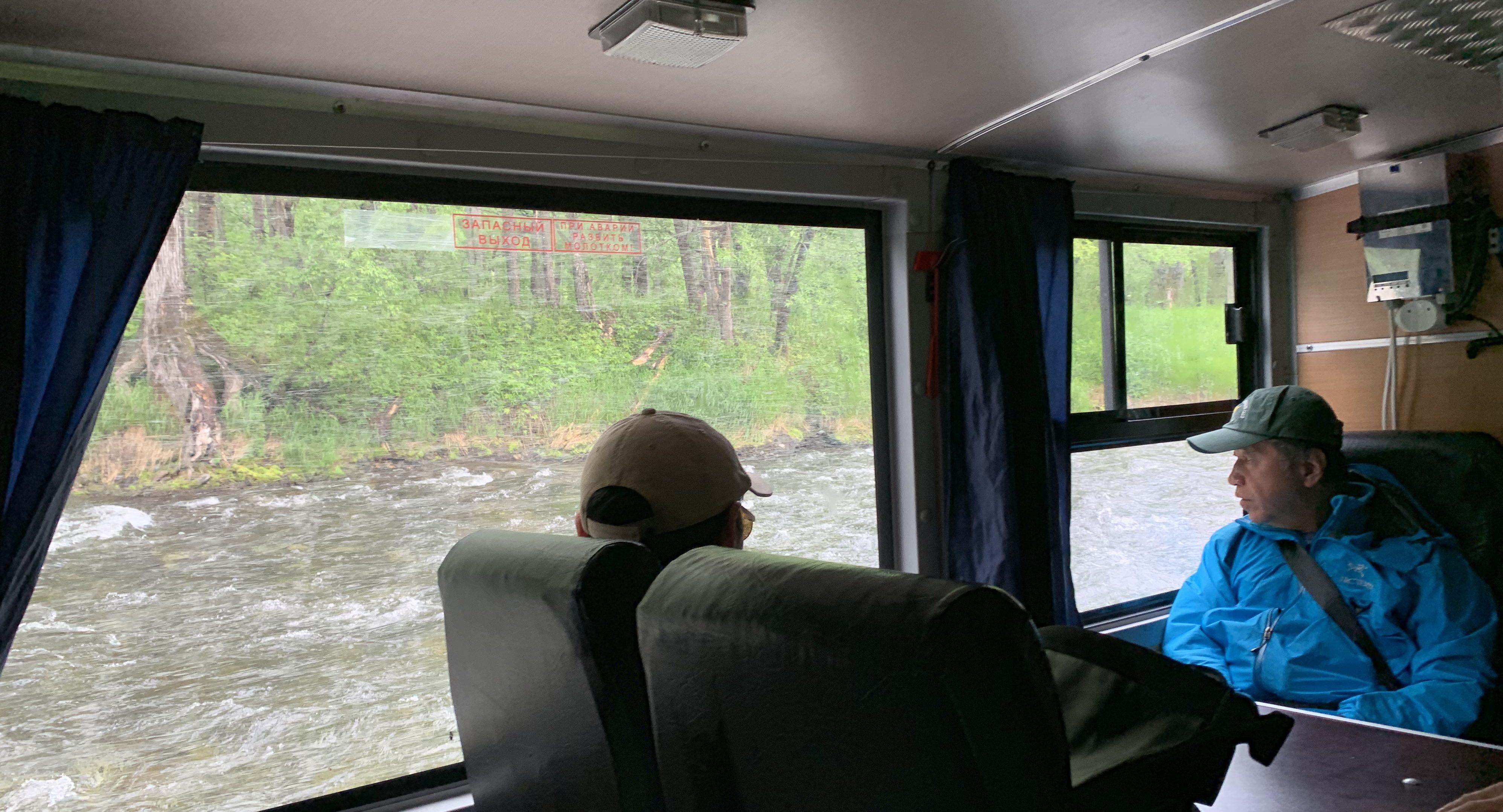 トラックでカムチャッカの川を渡る