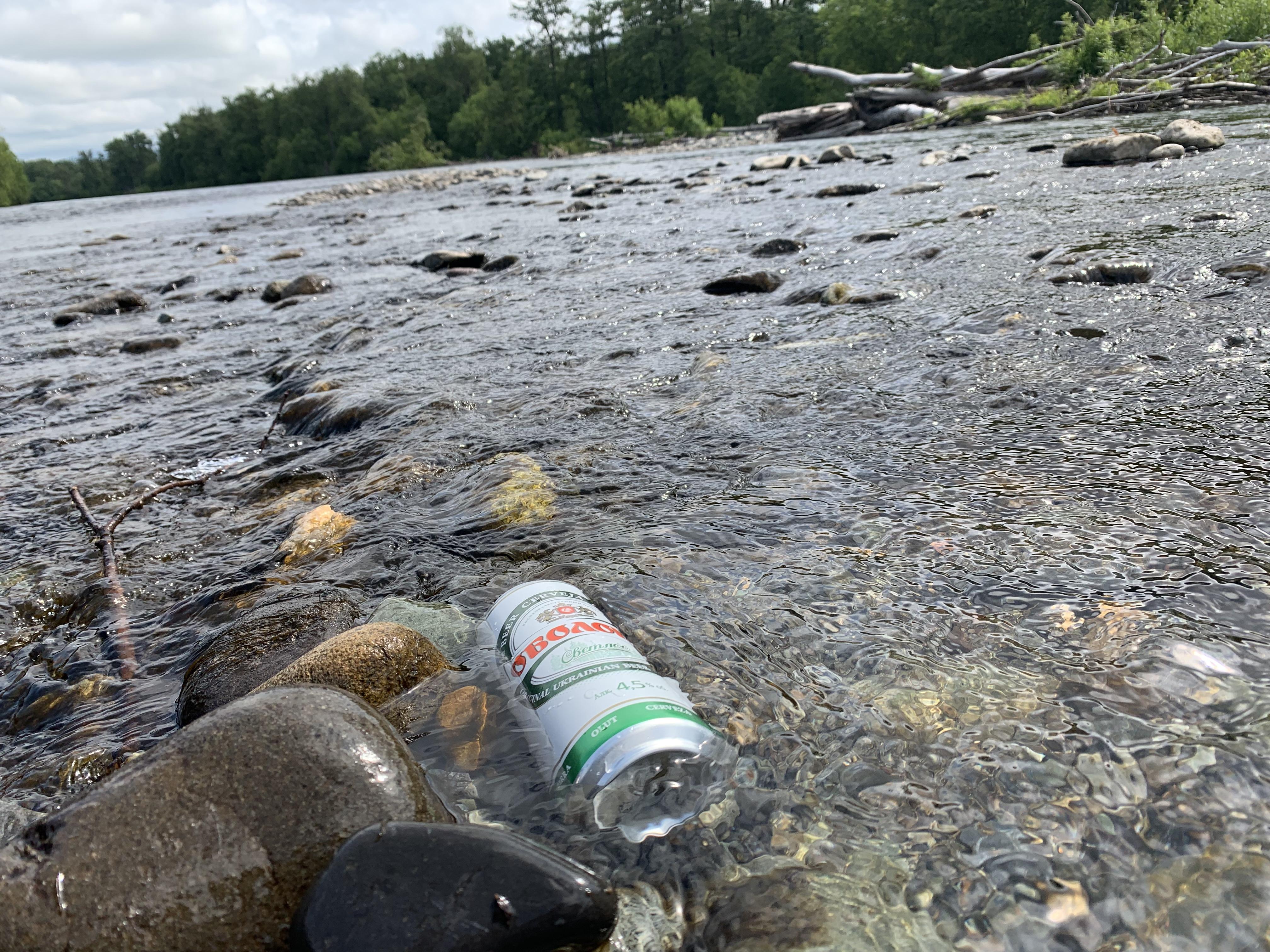 川の水でビールを冷やす