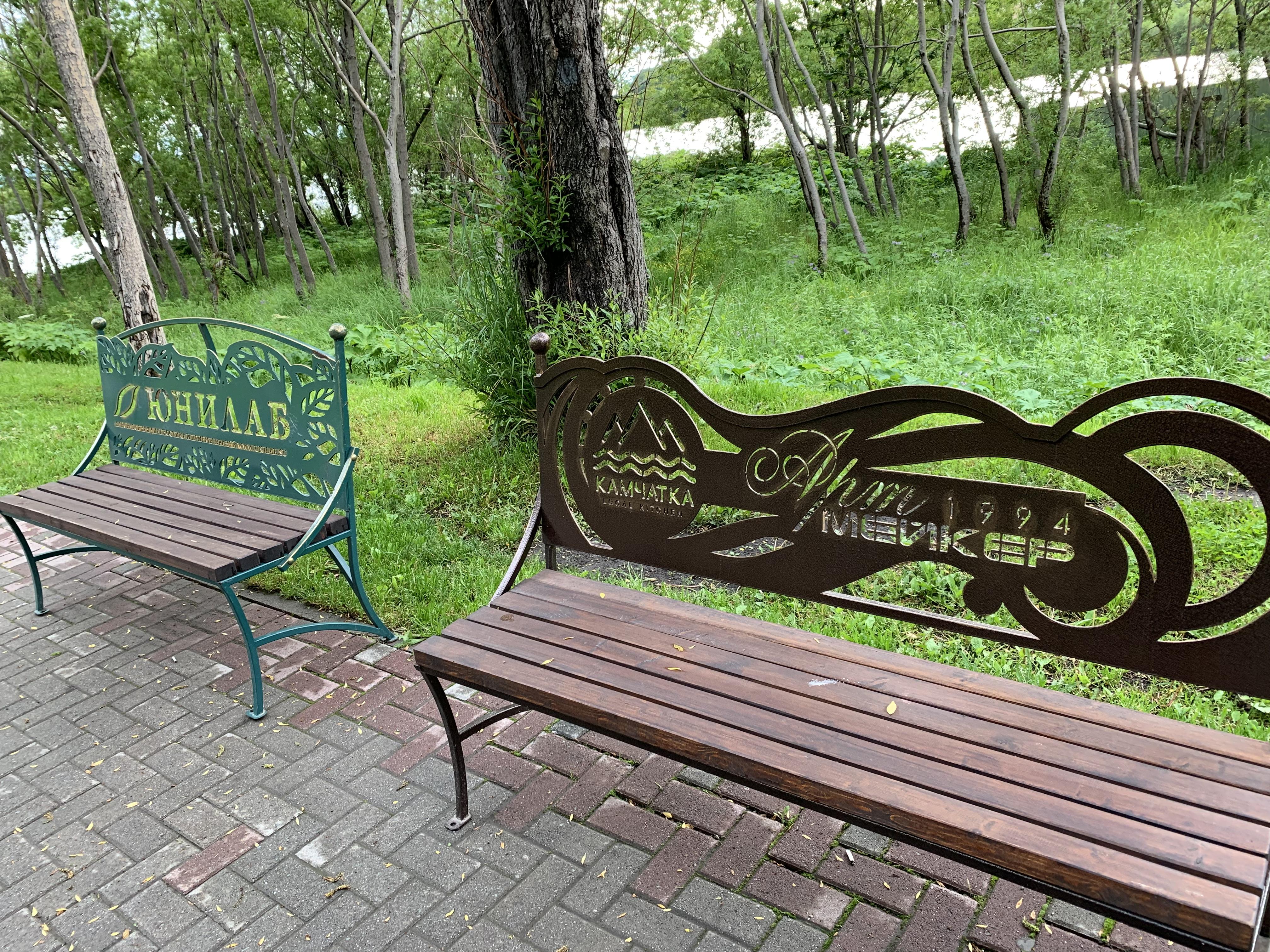 アバチャ湾の公園のベンチ