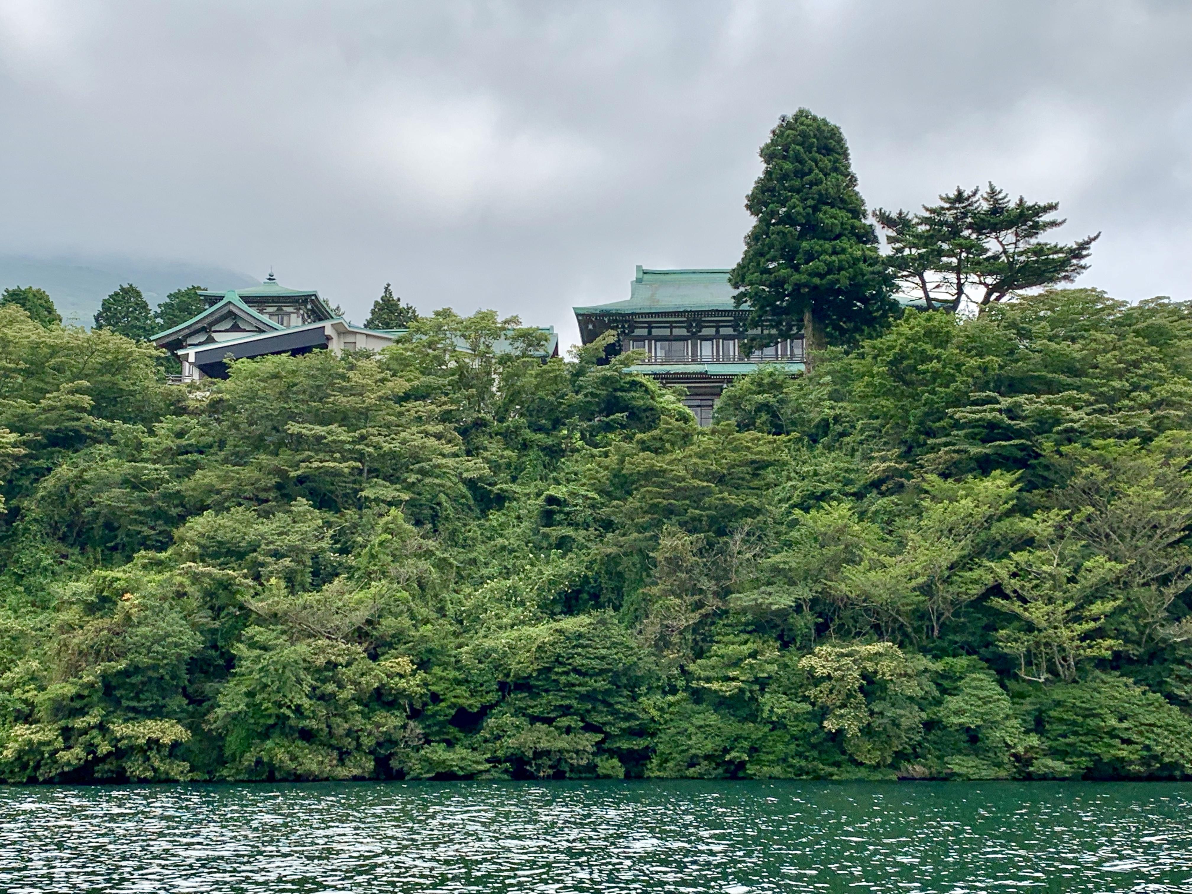 芦ノ湖の湖上から見る龍宮殿