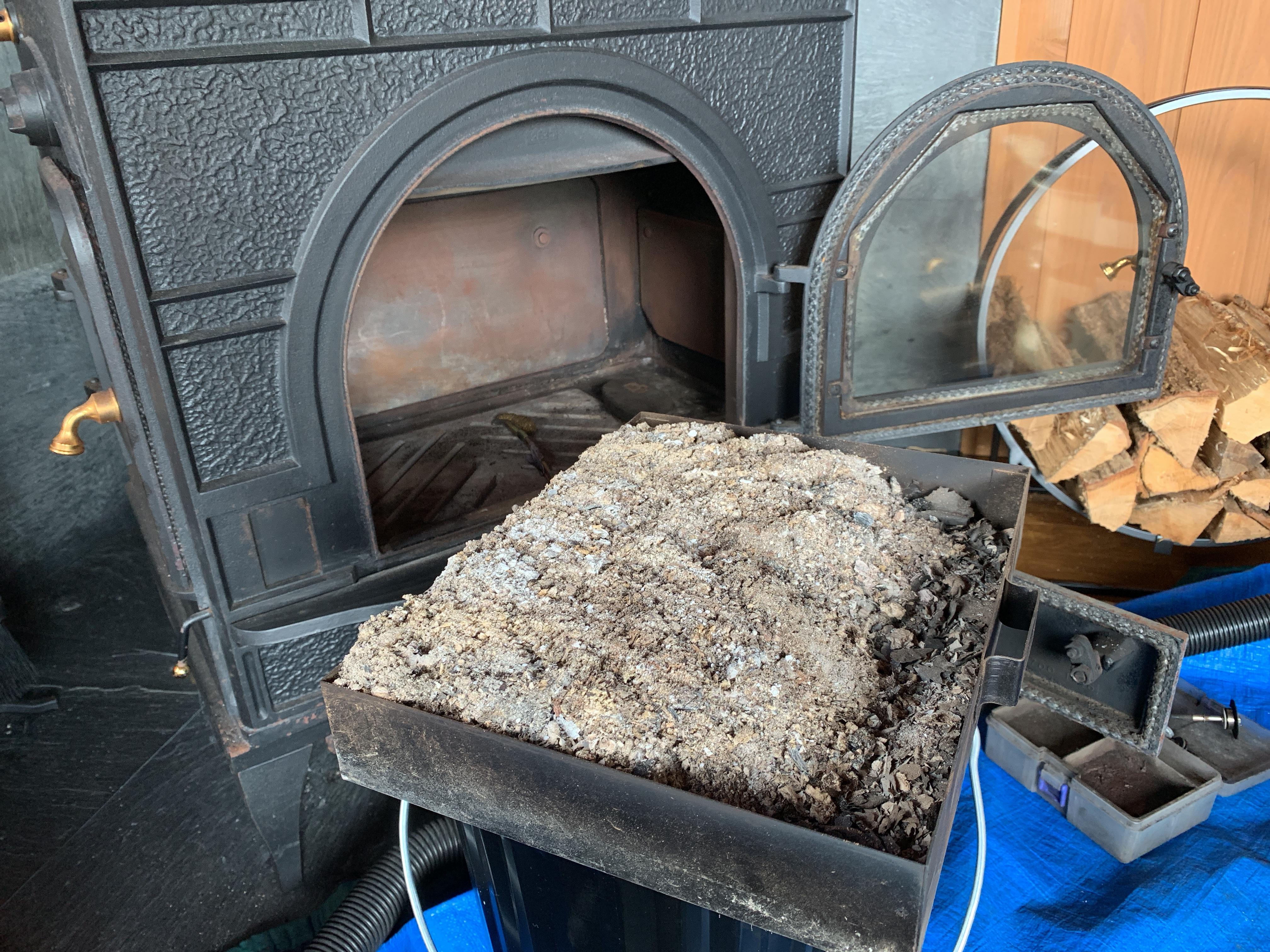 薪ストーブの灰は灰バケツに