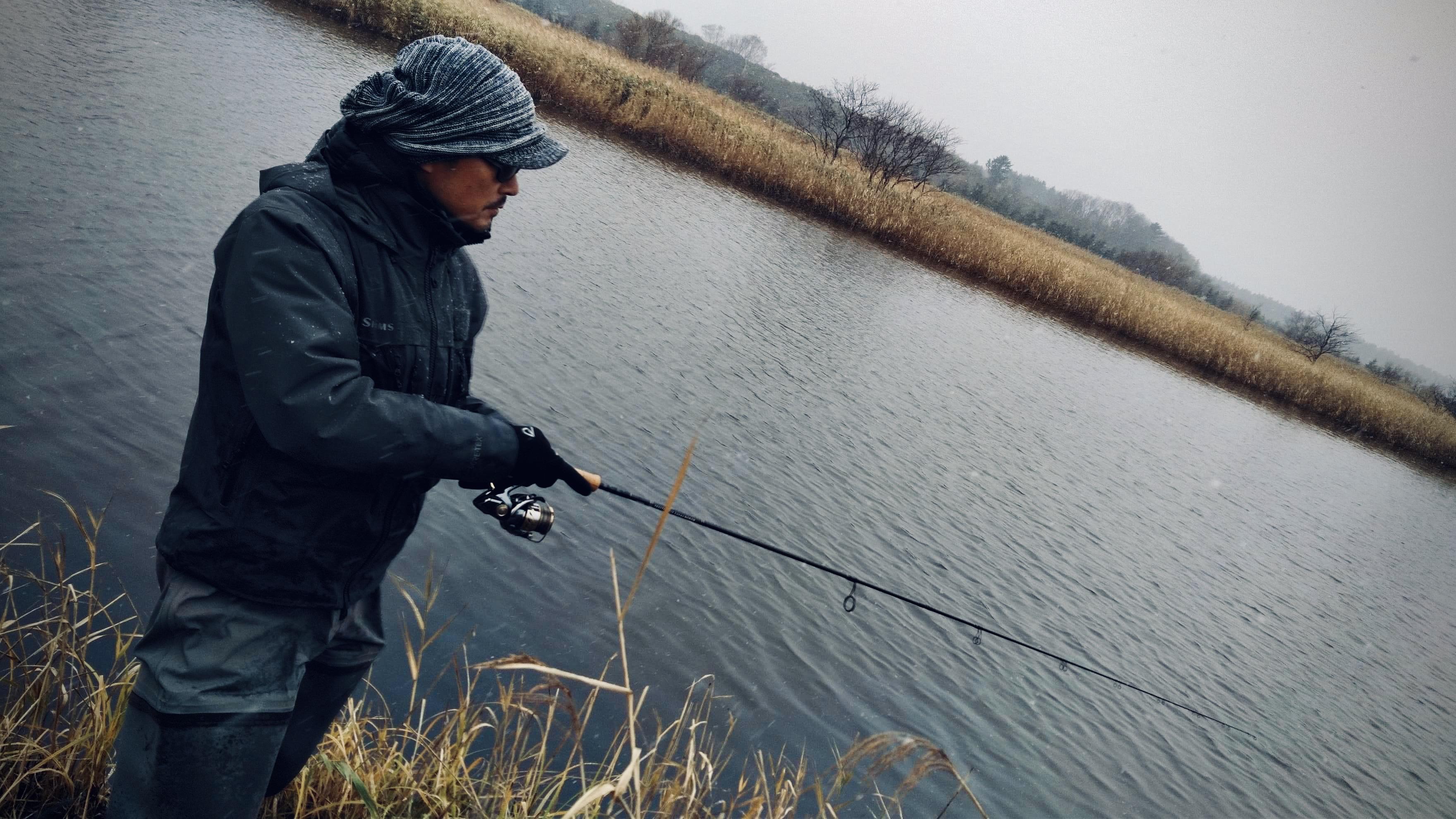 冷え込む猿払川のイトウ釣り