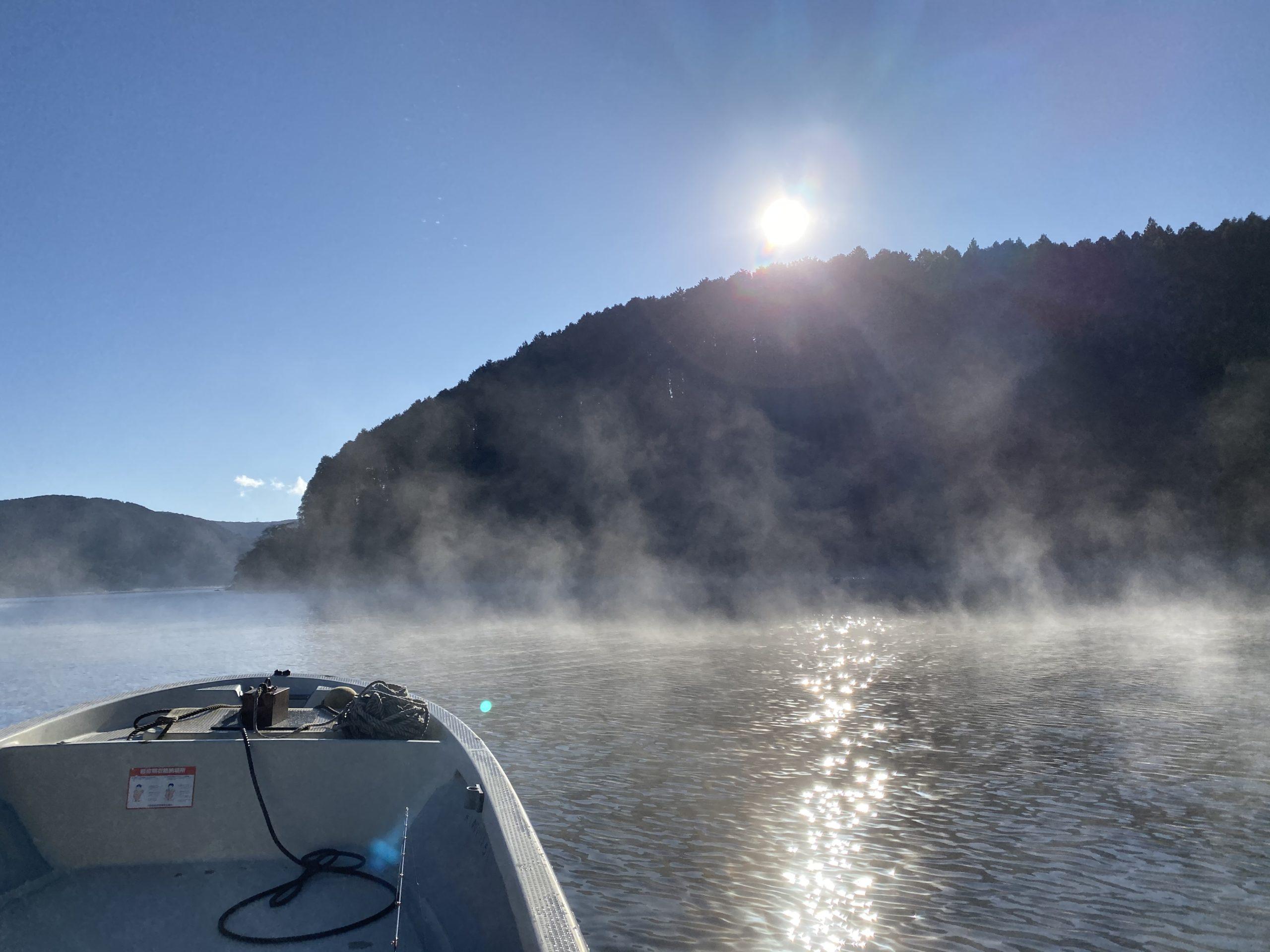 湖面に蒸気霧が立つ芦ノ湖