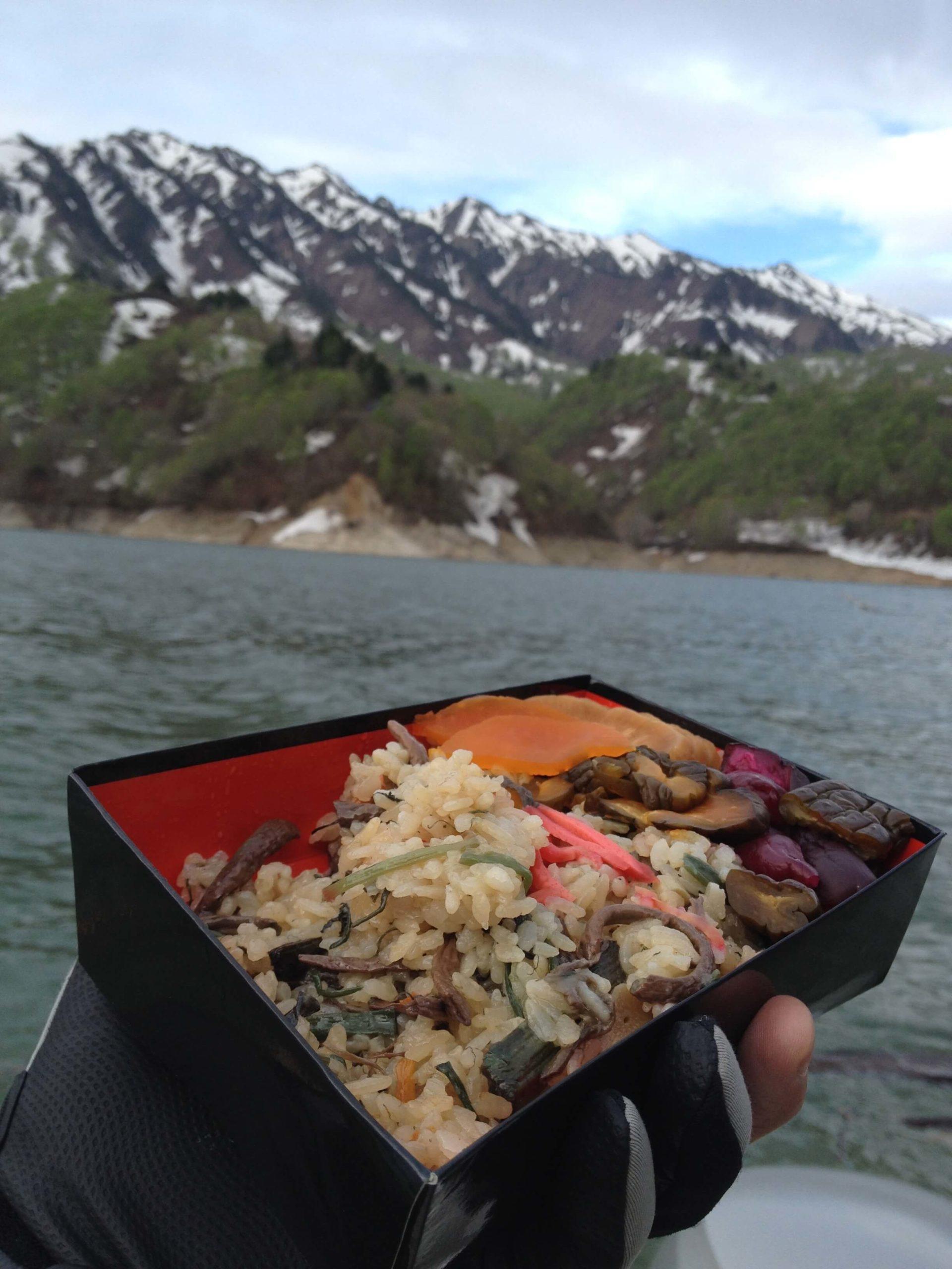 開高飯を湖上で食べる