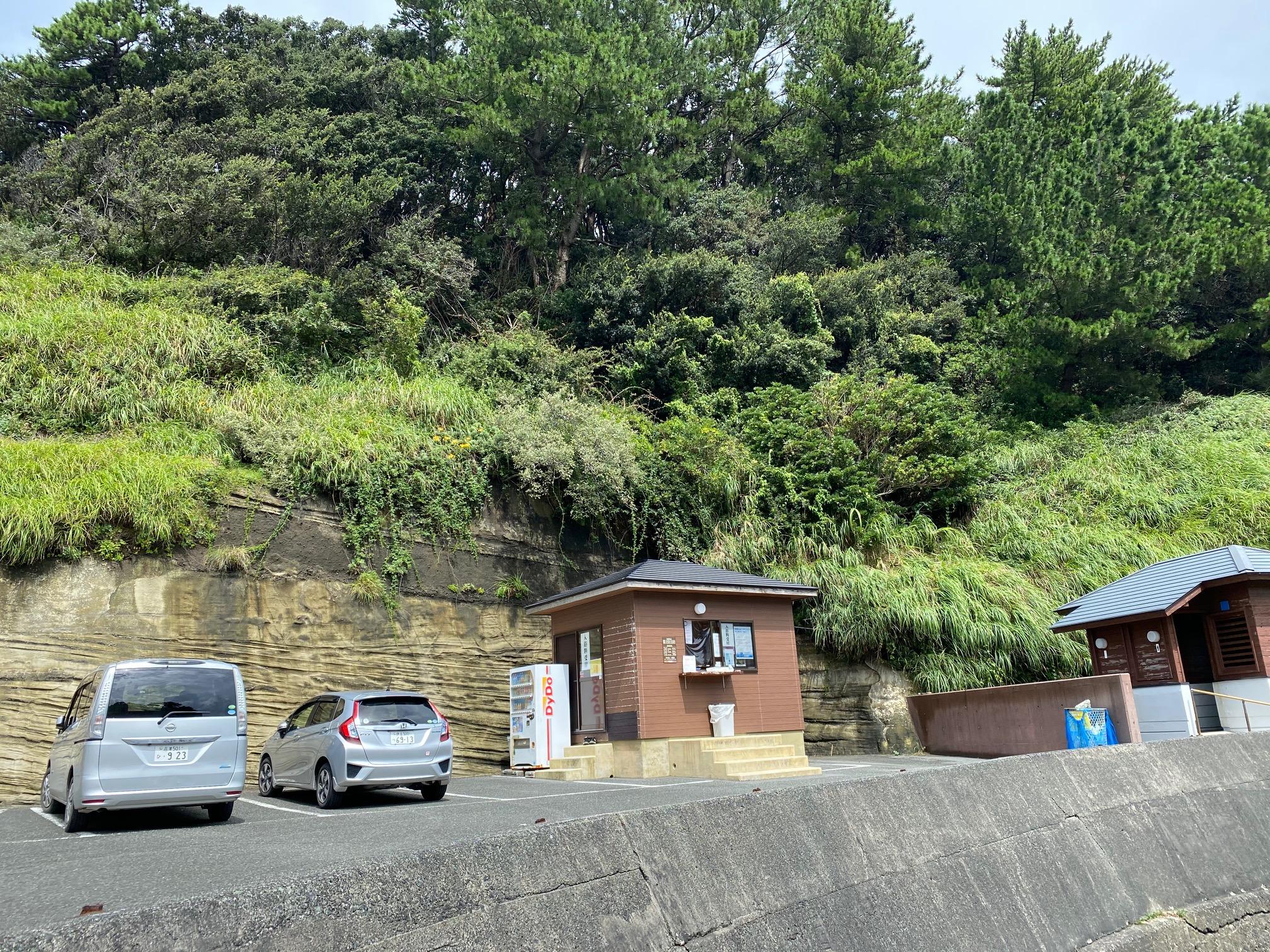 駐車場と受付 沢田公園露天風呂