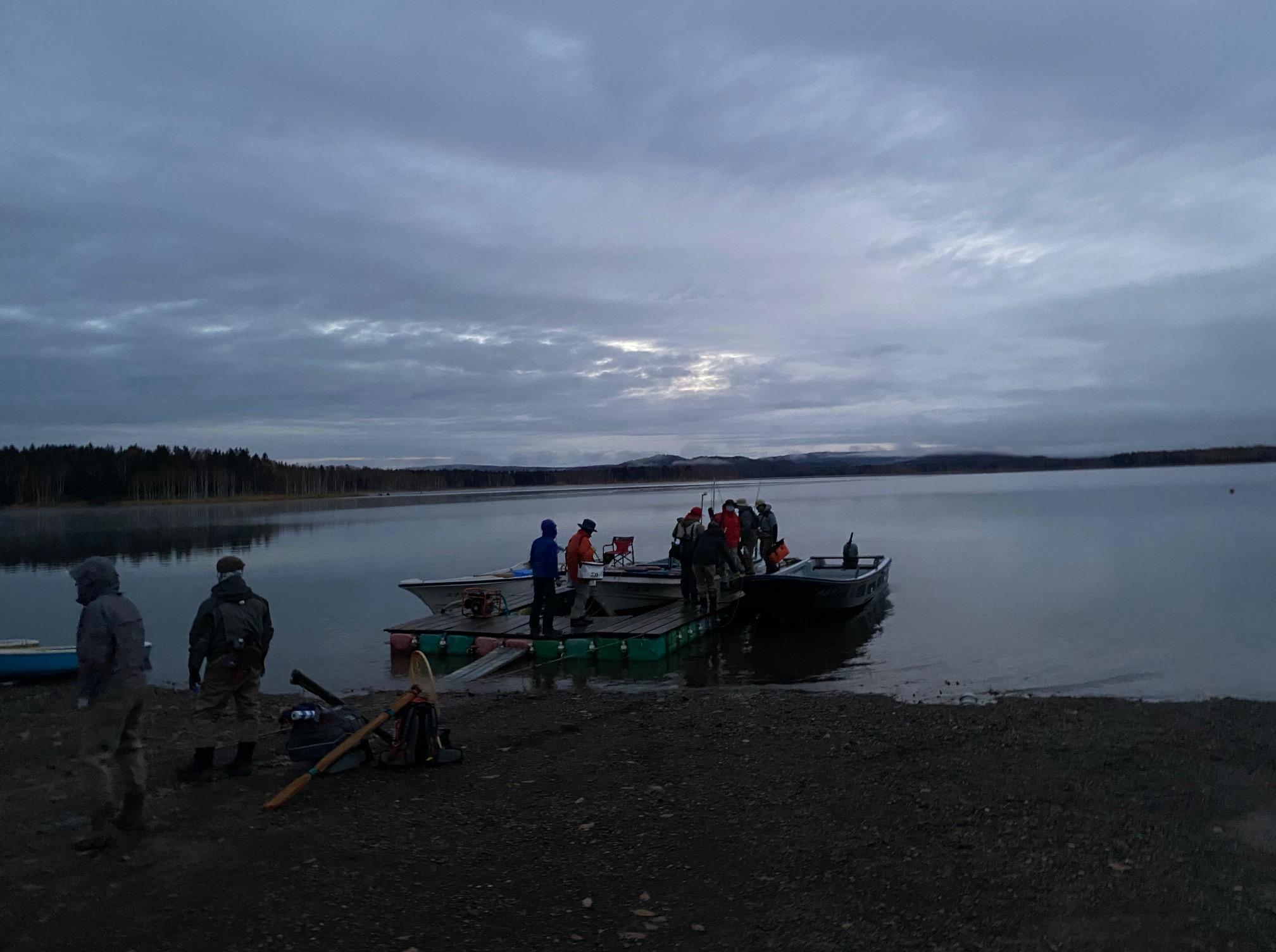 夜明けの朱鞠内湖