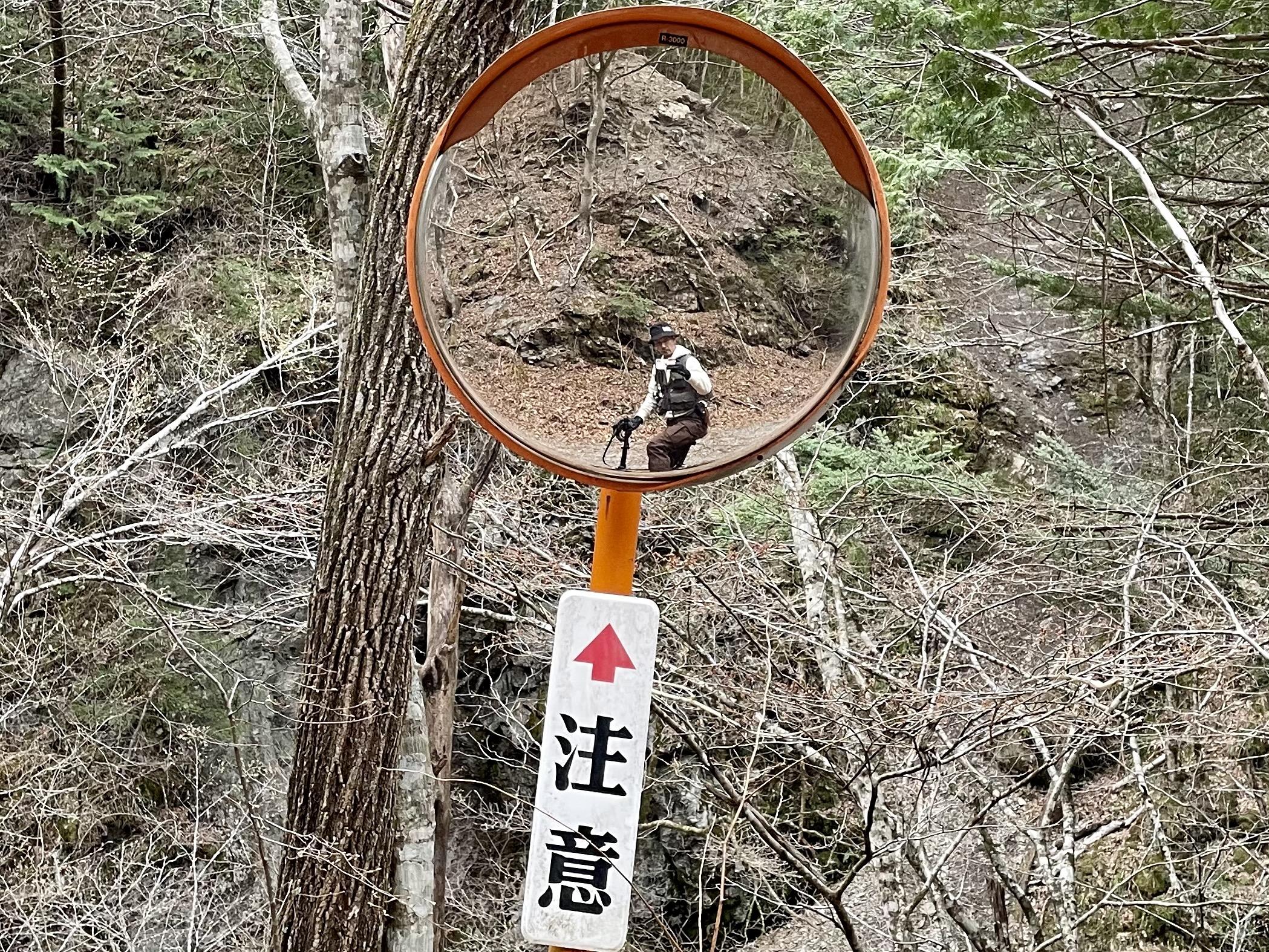 林道にもカーブミラー