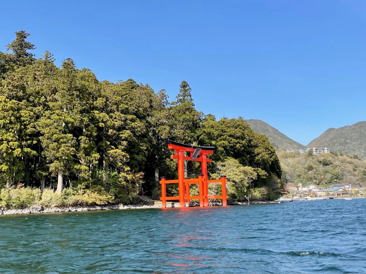箱根神社の鳥居を湖上から
