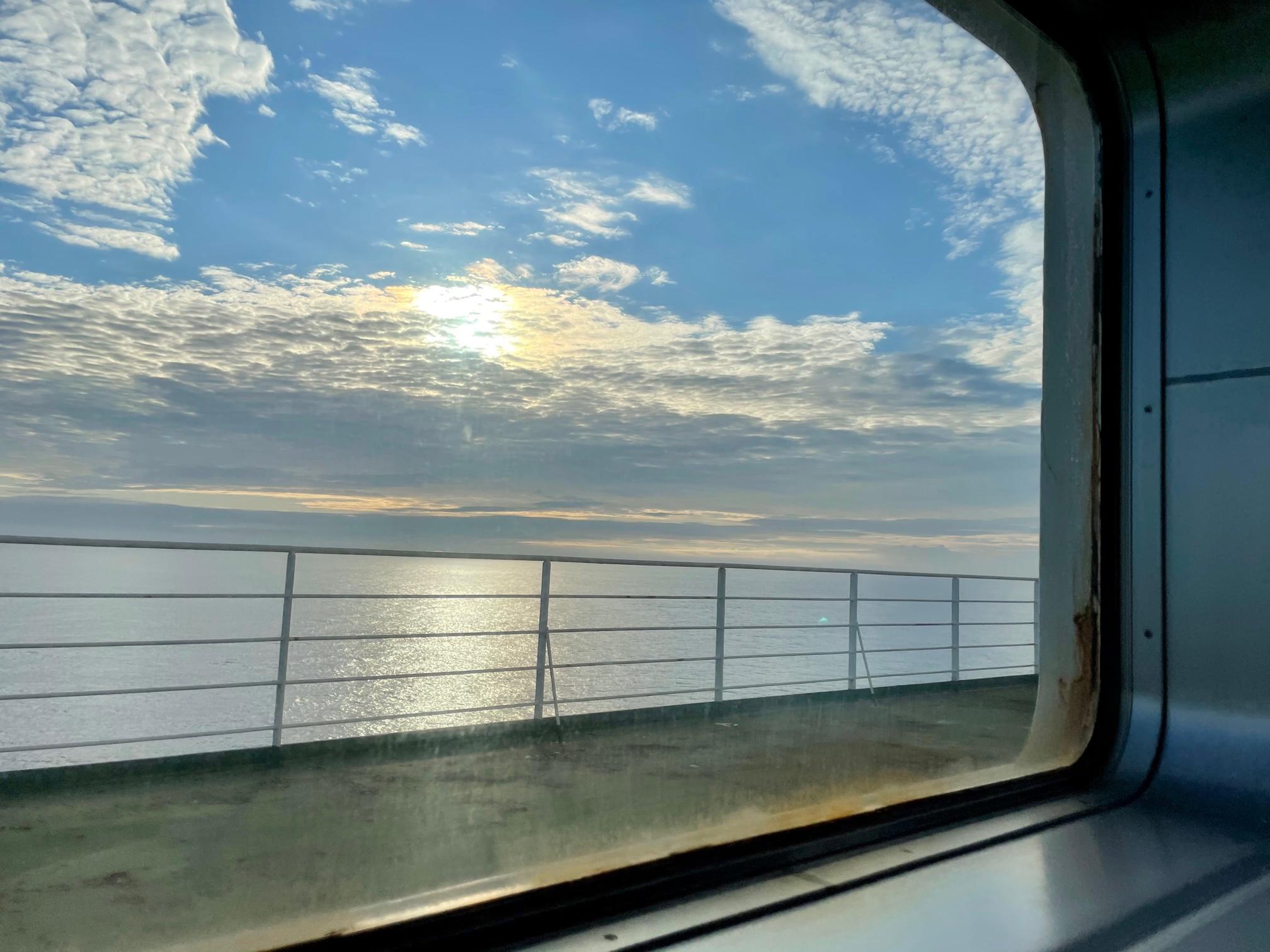 フェリーの窓から見る夕方の海