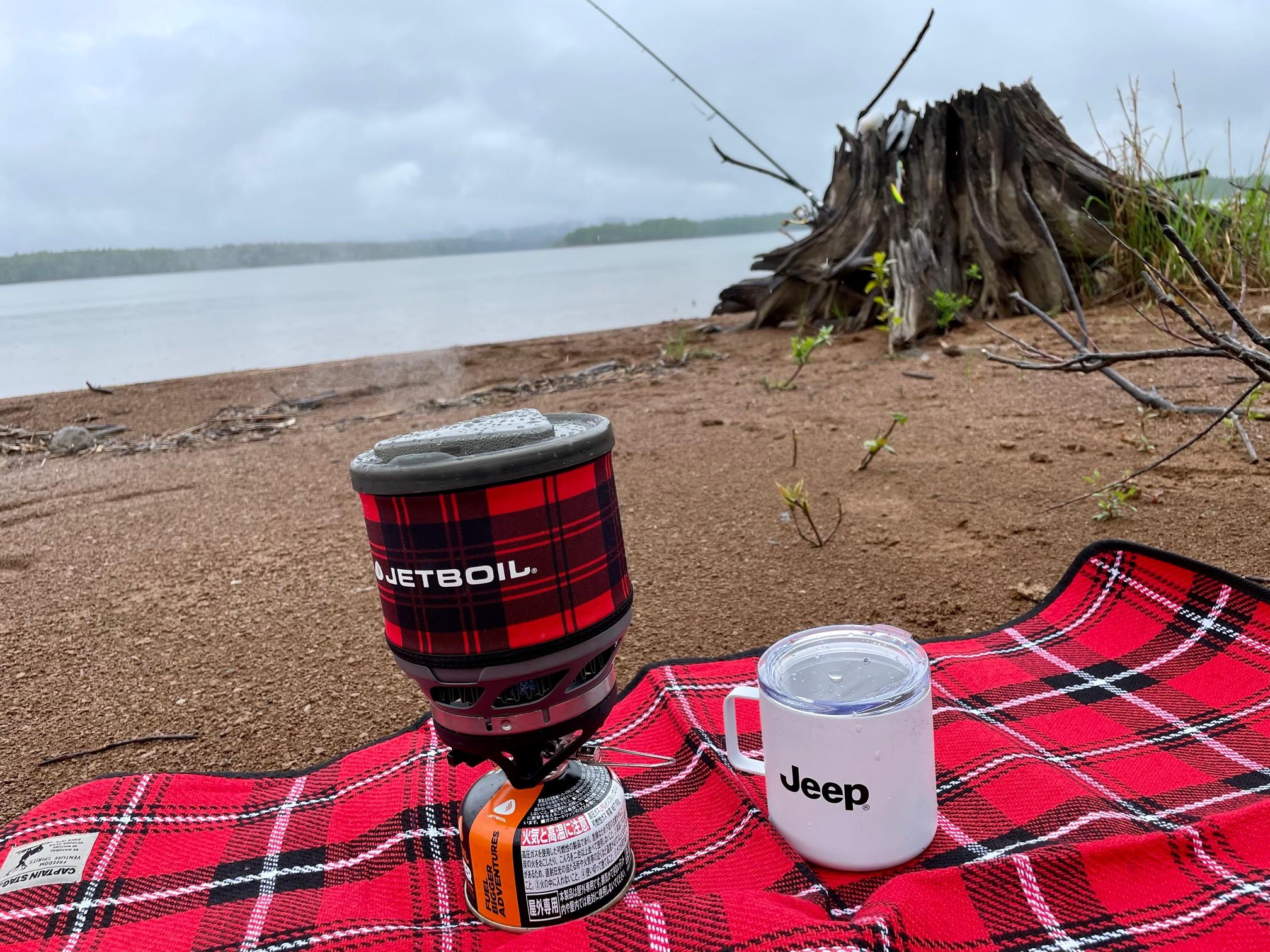 湖岸でコーヒーブレイク