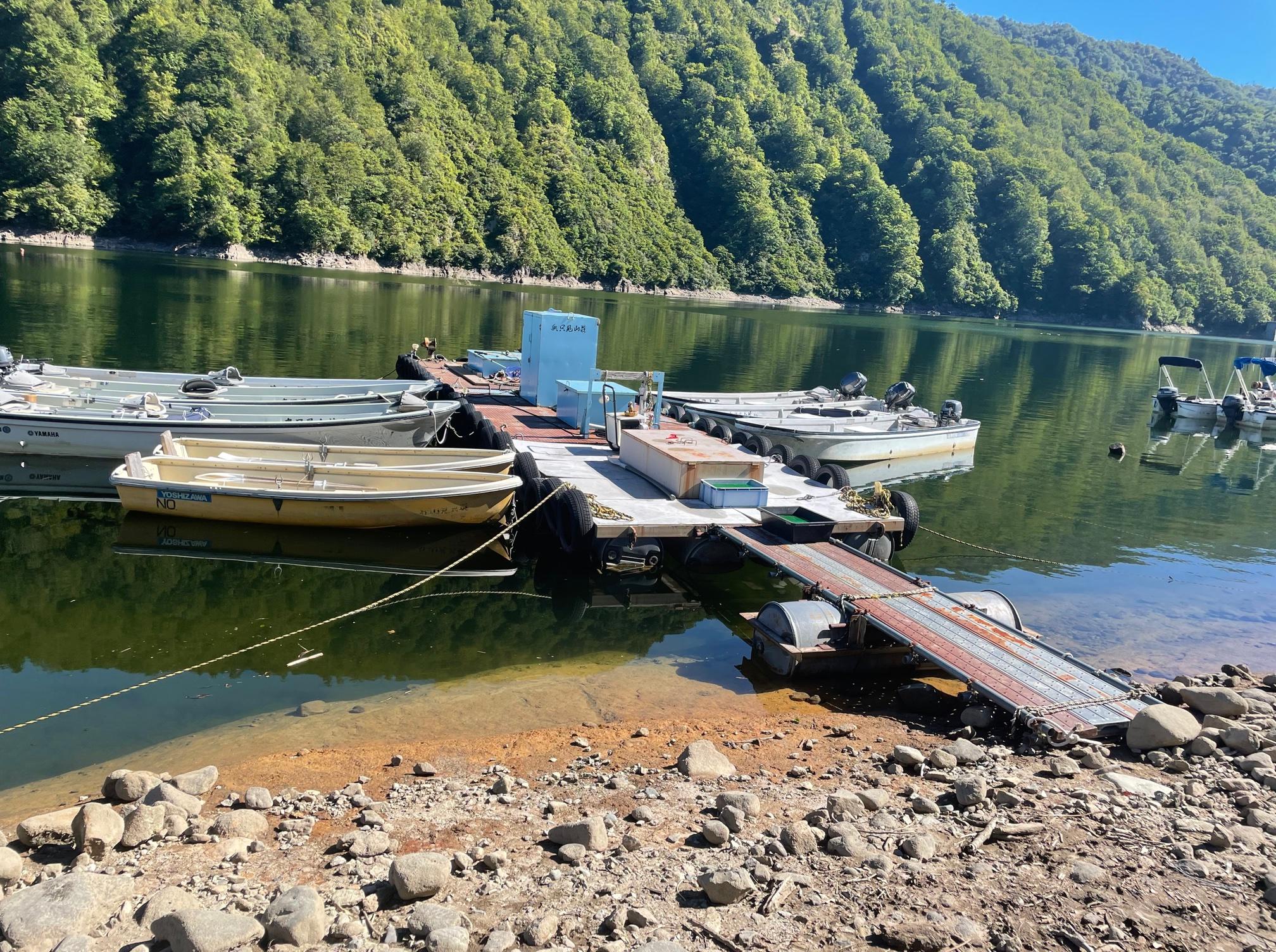 銀山湖、ボートで釣りに